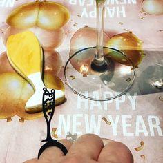 Happy New Year! Man soll die Feste feiern wie sie kommen und z.B. zu Silvester oder zum Geburtstag immer mit einem Glas Sekt anstossen. Unser Sekt Glas Ring mit einem Glas prickelnden Sekt als Symbol auf dem Ring ist genau das ideale Accessories für jeglichen Anlass. Das häSektglas somit immer dabei. Happy New Year, Anniversary, New Years Eve, Birthday, Ring, Corning Glass, Happy New Year Wishes