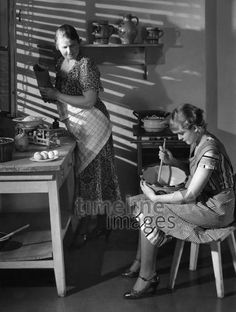 Zwei Frauen kochen in der Küche ullstein bild - Fotographisches /Timeline Images, 1933