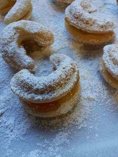 Vanilla biscuits filled with jam.