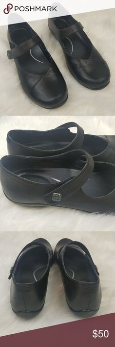Dansko Mary Jane Comfort Black Leather Flats sz 39 A Mary Jane that's made to move, this shoe style pairs athleisure comfort and support with workplace-appropriate style and benefits. An adjustable velcro strap ensures a secure fit, while a slip-resistant outsole is suitable for dry, wet and oily/wet surfaces. Some signs of wear on toe which are hard to see (minor scuffs shown in photo). Get the comfort of Dansko in a lower profile flat! Dansko Shoes Flats & Loafers
