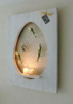 Decoratiebord met uitgezaagd ei en voorzien van een schapje en kippegaas. Leuk om zelf je paasdecoratie in op te hangen of neer te zetten op het schapj