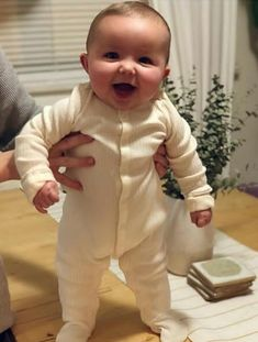 Cute baby, that's how my Jr looked like at this age! Cute Little Baby, Baby Kind, Cute Baby Girl, Little Babies, Baby Love, Precious Children, Beautiful Children, Beautiful Babies, Cute Baby Pictures