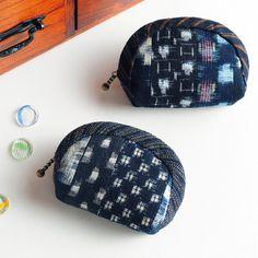 藍染の和布で作る!かわいい丸みがある小さなポーチの作り方(ポーチ) Japanese Patchwork, Japanese Fabric, Coin Bag, Coin Purse Wallet, Pouch Pattern, Denim Bag, Quilted Bag, Zipper Pouch, Purses And Bags
