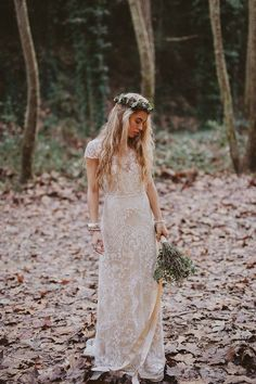 Unconventional Wedding Dresses - If you're the type of woman who has flipped through hundreds of bridal magazine pages without finding the dress of your dreams, these ideas may be appealing to your unique tastes Bohemian Bride, Bohemian Wedding Dresses, Wedding Dress Casual, Bohemian Fall, Boho Gown, Bohemian Weddings, Simple Country Wedding Dresses, Boho Chic, Casual Bride