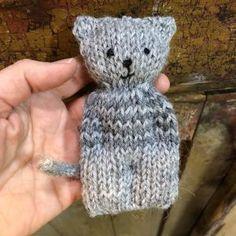 Neulottu raidallinen kissa Knitted Doll Patterns, Loom Knitting Patterns, Knitted Dolls, Knitted Hats, Circular Knitting Machine, Hobbies And Crafts, Diy And Crafts, Knitted Flowers, Knitted Animals
