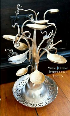O--Amazing recycled silverware jewelry tree! Recycled Silverware, Silverware Jewelry, Spoon Jewelry, Jewelry Tree, Jewelry Crafts, Recycled Crafts, Jewelry Stand, Cutlery Art, Diy Jewelry Holder Tree