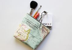 Make your own makeup bag for your vacation trip this summer from our DIY travel kit tutorials. Full tutorial plus free pattern. Diy Pouch Tutorial, Cosmetic Bag Tutorial, Coin Purse Tutorial, Makeup Bag Pattern, Diy Makeup Bag, Makeup Case, Fabric Gifts, Sewing Tutorials, Sewing Kits