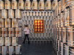 Instalação com latas de metal