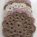 tremendous cute coasters–pattern from pattern by Jessica VenturePeppermint Coasters – Free Crochet PatternThis DIY Crochet Happy Hoodie is as cute as can be! Beau Crochet, Love Crochet, Easy Crochet Patterns, Knit Or Crochet, Beautiful Crochet, Crochet Flowers, Knitting Patterns, Crochet Ideas, Crochet Doilies
