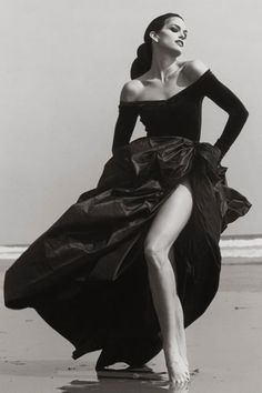 Cindy Crawford, Ferre Malibu, 1993 by Herb Ritts. Supermodel Cindy Crawford (whom Ritts introduced to her first husband, Richard Gere) on the beach in Malibu, California. Cindy Crawford, Richard Avedon, Look Fashion, Fashion Models, Fashion Beauty, Fashion Glamour, 90s Fashion, Trendy Fashion, High Fashion