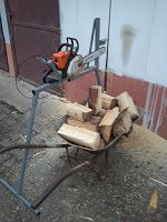 Log horse with chainsaw holder Drill Grape Electric Grape Crusher Log Splitter Cone Log Saw Horse: Homemade Log horse with chainsaw holder Electric Logs, Log Saw, Firewood Holder, Log Splitter, Log Holder, Chainsaw, Wood And Metal, The Help, Woodworking Projects