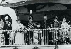 Sunan Pakubuwono X bersama KGPAA. Mangkunegoro VII (paling kiri) menyaksikan defile pasukan baru dari Legiun Mangkunegaran pada tahun 1932. First Ladies, Surakarta, Miniature Portraits, East Indies, Lady, Royals, Dutch, King, Culture