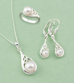 Pendant and earrings♥ - if the necklace was a heart surrounding the pearl it would be perfect