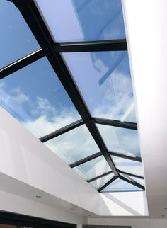 Modern Skylights, Flat Roof Skylights, Bungalow Extension Plans, Glass Roof Extension, Bungalow Renovation, Bungalow Ideas, Modern Bungalow Exterior, Bungalow Extensions, Open Plan Kitchen Dining Living