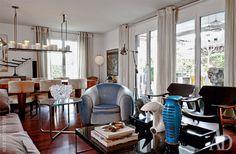 Примыкающая к столовой диванная зона. Голубое кресло по дизайну Вольфганга Йопа. Журнальный столик, Minotti. На нем коллекционная голубая ваза, Venini.