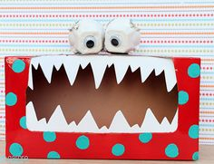 monstruos con cajas de cartón y ojos de empaque de huevo