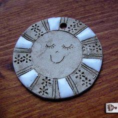 Keramické sluníčko Decorative Plates, Decoration, Clay, Pottery Ideas, Tableware, Fun Stuff, Home Decor, Manualidades, Play Dough