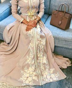 Abaya Style 682084306033782124 - caftan pour hijab beige et doré Source by ikraaaaaaaam Arab Fashion, Muslim Fashion, Modest Fashion, Fashion Dresses, Fashion Mode, Morrocan Dress, Moroccan Caftan, Moroccan Style, Caftan Dress