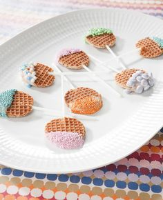 Traktatietip: Stroopwafel lollies - Flaironline - Voor jou, over jou - Traktatietip: Stroopwafel lollies – Flaironline – Voor jou, over jou Kinder Party Snacks, Snacks Für Party, Party Treats, Kids Birthday Treats, Childrens Meals, High Tea, Macarons, Food Inspiration, Kids Meals