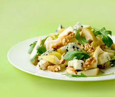 salata cu pere, nuci si branza roquefort (nucile contin Omega 3)