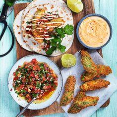 Om du inte har provat pankofriterad avokado i tacos är det dags nu! Det mjuka köttet inuti avokadon tillsammans med den frasiga paneringen blir till en ren smaksensation i munnen. Bjud i varma tortillabröd med tomatsalsa, chilimajo, lime och massa koriander.