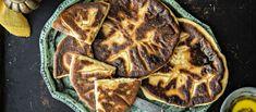 Georgialainen hatsapuri on litteä juustotäytteinen leipä, joka paistetaan meheväksi valurautapannulla voissa.  Noin 2,10 €/kpl* Bread Recipes, Steak, Food And Drink, Pork, Favorite Recipes, Breakfast, Dinners, Kitchen, Cucina