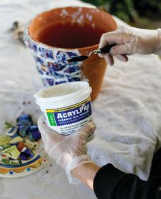 Flower Pots How to make a mosaic vase. Mosaic Flower Pots - Step 8 MoreHow to make a mosaic vase. Mosaic Planters, Mosaic Garden Art, Mosaic Vase, Mosaic Flower Pots, Mosaic Tiles, Mosaics, Pebble Mosaic, Mosaic Crafts, Mosaic Projects