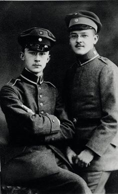 Heinrich Himmler (left) with his brother Gebhard in 1918.