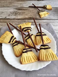 Cute idea for Halloween! Easy Halloween Snacks, Halloween Food For Party, Cookie Recipes, Dessert Recipes, Holiday Cupcakes, Biscotti Cookies, Cookies For Kids, Food Crafts, Holiday Baking