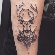Tatuagem criada por Jacque López de Florianópolis. Veado em pontilhismo com flores e passarinho no chifre.