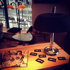 – EN – Needless to say how much we love spending our leisure time at coffee shops around the globe. Vassilis just found this new one in the area of Porte de Namur. Shop Around, Coffee Shop, Table Lamp, Mugs, Prints, Home Decor, Coffee Shops, Coffeehouse, Table Lamps