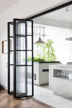 Jolie porte accordeon donnant vers une cuisine moderne #design #cuisine #kitchen #door