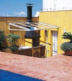 Para que a cobertura com piscina pudesse ser melhor aproveitada, o arquiteto Gilberto Belleza fez algumas mudanças. Em um canto, instalou um deck de ipê, criando um setor de convívio. A churrasqueira ganhou cobertura de vidro laminado, para ser usada mesmo em dias de chuva.