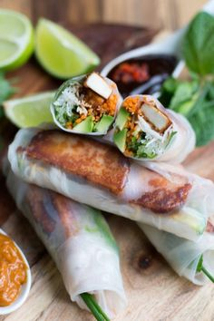 Vegetarian rice paper rolls consist of creamy avocado, crunchy carrots and cucumbers, silky vermicelli noodles and spicy Sriracha tofu. Rice Paper Wraps, Rice Wraps, Vegan Vegetarian, Vegetarian Recipes, Cooking Recipes, Healthy Recipes, Vegetarian Vietnamese, Vegetarian Italian, Vietnamese Food