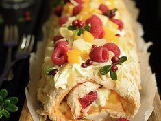 Marengsrullkake med frukt og bær. - Bremykt Pudding Desserts, Frisk, Bread Recipes, Berries, Rolls, Food And Drink, Baking, Cake, Ethnic Recipes