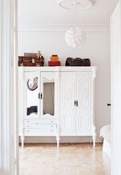 Makuuhuoneen suuri kaappi ostettiin huutokaupasta ja maalattiin itse valkoiseksi. Huone jätettiin tarpeeksi avaraksi, jotta kaapille jää sen tarvitsema tila.
