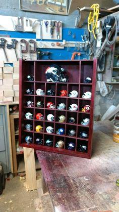 juegetero NFL/cascos..52 CTM  ancho x 62.ctm de alto.x.14 CTM de profundidad..madera de pino mancha caoba acabados en laca semimate