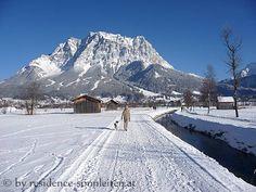 Winterspaziergang mit Blick zur Zugspitze
