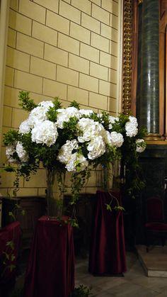 Decoración floral en bodas - Arreglos florales para el altar, con hortensias blancas y verdes | Bourguignon Floristas