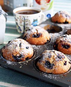 Arkisin aamupalani koostuu lähes aina kupillisesta kahvia ja kulhollisesta maustamatonta jogurttia. Sekaan laitan erilaisia hedelmiä, marjoja, siemeniä ja hiutaleita. Tämän hetken lempiyhdistelmäni on jogurtti, banaanisiivut, tuoreet mansikat, mulperimarjat, chiansiemenet ja mintunlehdet. Nyt olen taas … Biscuit Cookies, Biscuits, Cupcakes, Bread, Baking, Breakfast, Food, Drinks, Crack Crackers