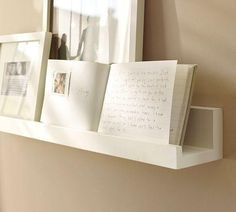 Biała drewniana półka na zdjęcia