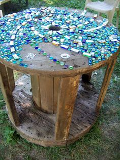 "Fun & Funky Garden Art - Mosaic Project ""Colors of the Rainbow"". Turn an old wooden spool into a table. Pretty DIY garden project with stones!"