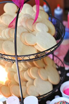 Mickey & Minnie Mouse Party - Decorate a sugar cookie