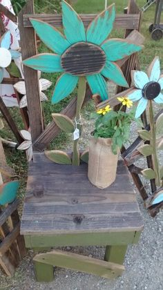 15 Beautiful Do-It-Yourself Pallet Gardens That You're Sure To Love Wood Yard Art, Wood Art, Outdoor Crafts, Outdoor Art, Summer Crafts, Fall Crafts, Garden Wall Art, Art Diy, Wood Flowers