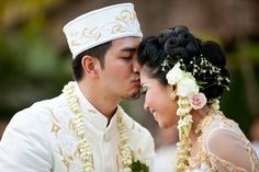 Bonny & Derrick's traditional Indonesian destination wedding in #bali. #weddingphotos by Portland, OR-based photographer, Bunn Salarzon. To view more images from this event, visit http://www.bunnsalarzon.com/blog/15346