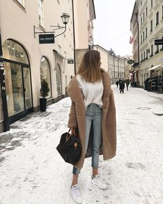 Fall casual outfit for winter. Looking for the best outfits for winter; brown lo… Casual autumn outfit for the winter. Looking for the best outfits for the winter; brown long coat + white T-shirt + jeans in light wash + white sneakers. Street Style Outfits, Mode Outfits, Fashion Outfits, Womens Fashion, Sneakers Fashion, Jean Outfits, Ladies Fashion, Ladies Outfits, Sporty Outfits