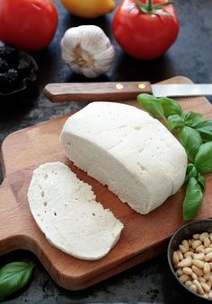 quick and easy recipe for Raw Vegan Cashew Mozzarella, that requires only 4 ingredients and comes pretty close to the ordinary cheese. Cashews, psyllium husks, nooch and lemon juice Vegan Cheese Recipes, Raw Vegan Recipes, Vegan Foods, Vegan Dishes, Vegan Vegetarian, Vegetarian Recipes, Vegan Raw, Vegan Cashew Cheese, Healthy Recipes