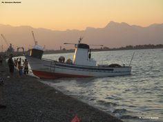 """LA """"MITICA"""" SPIAGGIA DEI PESCATORI E LO SPIRITO POPOLARE <<Lo """"spirito popolare"""" della spiaggia dei pescatori crea un'atmosfera colorata, autentica e piacevole che assieme alle barche in legno ,al profumo del pesce fresco e al mare azzurro e trasparente rendono questa spiaggia """"mitica""""!>> Ph. Salvatore Martilotti"""