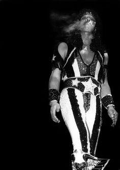 Singer Rick James performs at the International Amphitheater in Chicago, Illinois in Vintage Black Glamour, Vintage Soul, Vintage Men, Music Mood, Soul Music, Funk Bands, Old School Music, Marvin Gaye, Motown