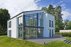Elegante Farbkontraste und eine schlichte Formensprache beschreibt unser massives Einfamilienhaus Jonas, dass trotz seiner vielen Fenster die Privatsphäre sichert und das moderne Wohnen ermöglicht. Jetzt stöbern!